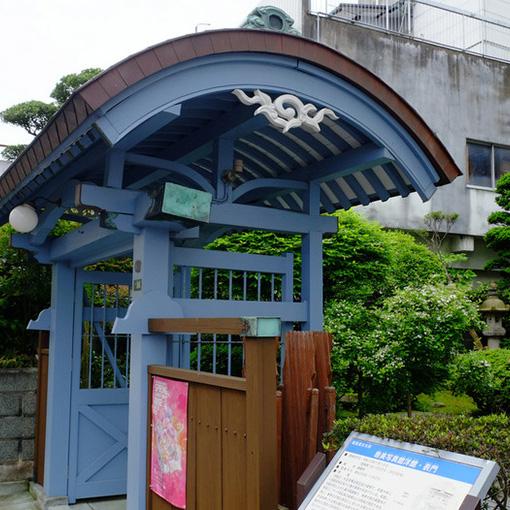 画像: アーチ型になった表門。銅板が貼られ、こちらも和風と洋風が上手く混合した建築となっています。