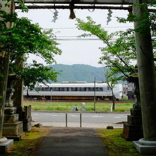 画像: 神社からはこんな写真も撮影できます。一の鳥居と特急しらさぎと私が乗っていたレンタサイクルと(笑)。