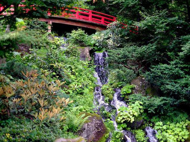 画像: 全てのお庭で21,800㎡(6,600坪)という、とてつもない広さを持っています。朱色の反り橋と清涼感溢れる滝があります。