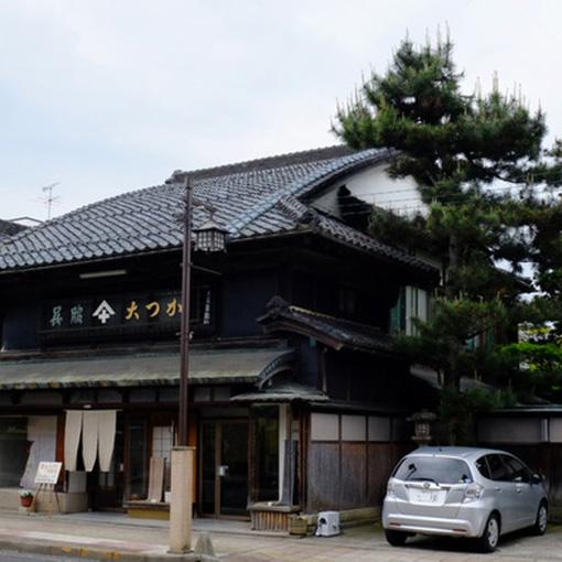 画像: 「大塚呉服店」の建物は素晴らしかったです!屋根がふんわりと膨らんでいるのがわかるでしょうか。これは「むくり屋根」と言って日本の伝統的な建築方法です。個人のお宅でこれだけ大屋根で見られるのは珍しいです。また向かって左には石の蔵があります。これはこの周辺で火事が起きてもこの蔵で火が止まるようにと建てられたものなのだそうです。