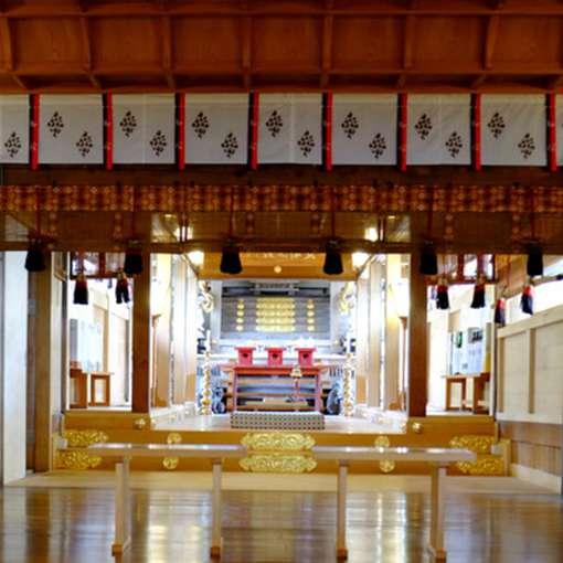 画像: 拝殿の中からは本殿が見えました。