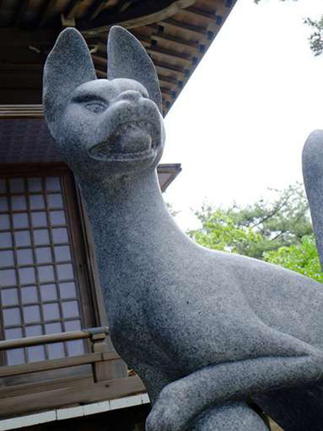 画像: 両側には大きなお狐さんがいます。片方は古来より神聖なものとされている「玉」をくわえており、