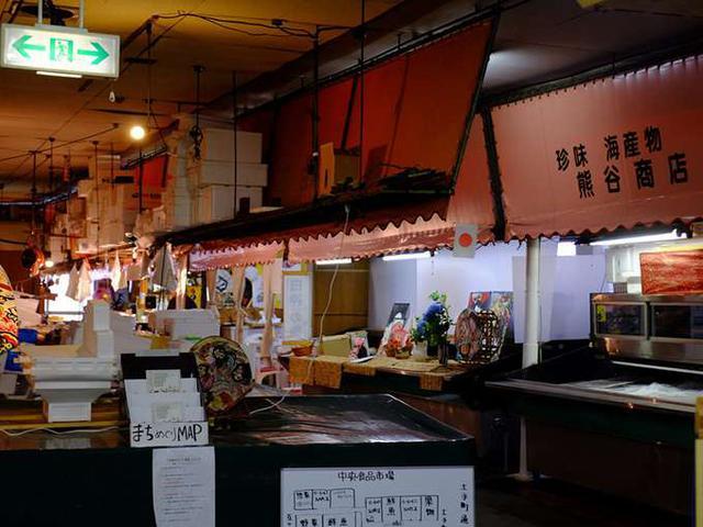 画像: 食品市場の中は海産物や野菜屋さん、お惣菜屋さんなどが並んでいます。