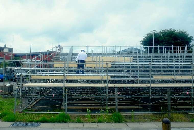 画像: 五所川原市内にはねぷた見物の観覧席の準備が始まっていました。街は祭りに向けて盛り上がっていました。
