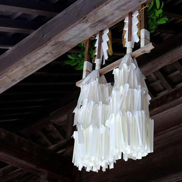 画像: 隋神門のところにふさふさの紙垂(しで)。ふたりの神様ですから2つです。