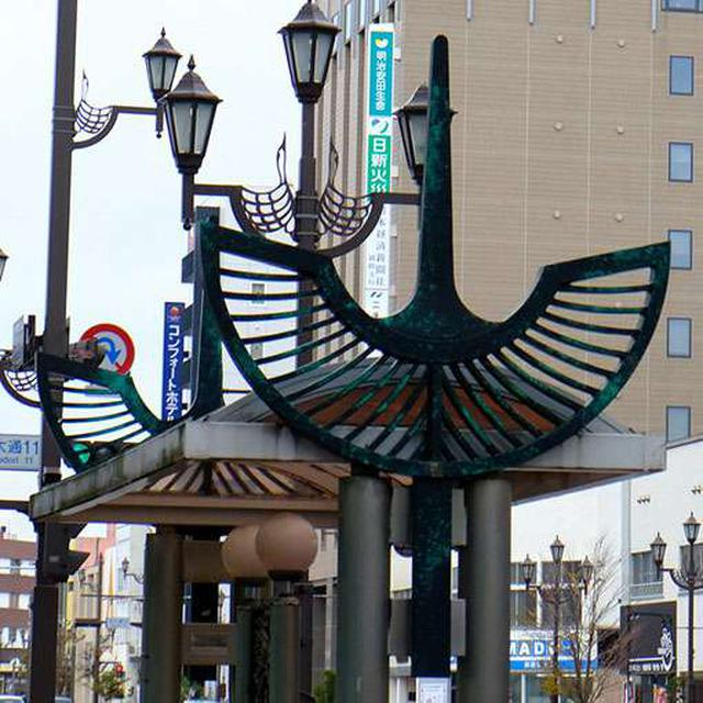 画像: 北大通のバス停その1。ブロンズで作られた鶴がデザイン。