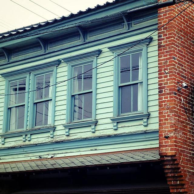 画像: 海沿いには古い洋館もあり、飲食店に改装されていました。