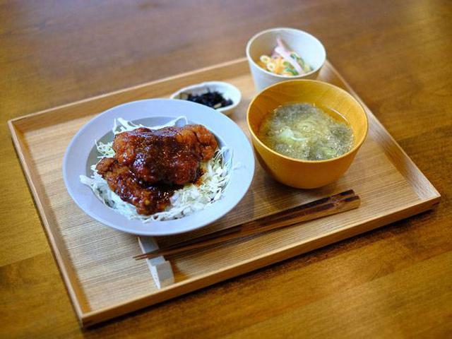 画像: 日替わりランチを食べられます。この日はソースカツ丼ランチでした。