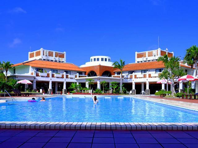 画像: ホテルステイを楽しめるようにテニスコートやプール、レストハウスなどが用意されています。あまりにも暑いのでプールにイン!しかしプールの水はすっかり温まっていました。