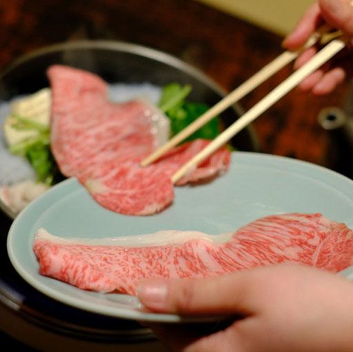 画像: そっと野菜の上にお肉の赤じゅうたんを敷いて…、