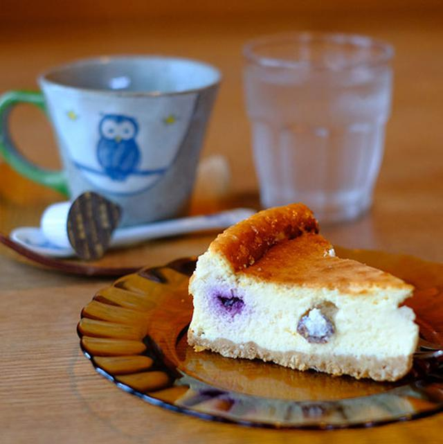画像: 移転前も移転後も、人気の秘訣は手作りの料理。オーダーしたチーズケーキは、この時は特別にご近所さんにいただいたという、ブルーベリー入り。ゆっくりとした時間を過ごすのに最高のカフェ。窓からも木々がよく見えて、穏やかな気持ちになれますよ。