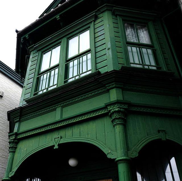 画像: となりには深いグリーンを配した洋館があり、こちらはパーティーなどもできるゲストハウスとして利用できます。