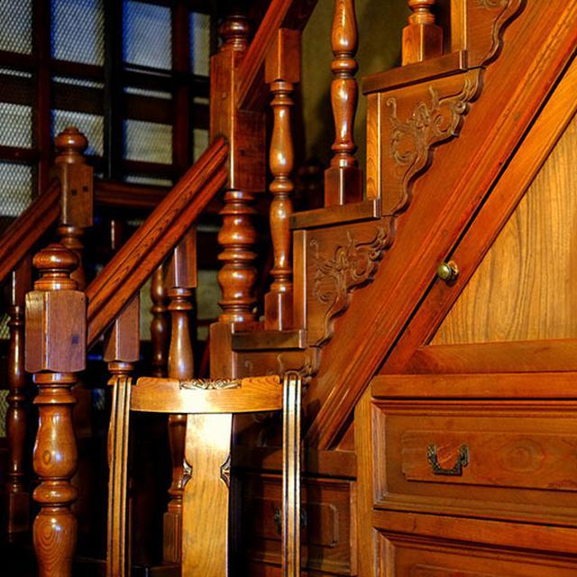 画像: 箱階段。洋風の彫刻が施された見事なもの。