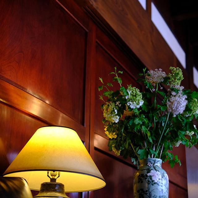 画像: ツヤツヤに輝く一枚板と梁。ケヤキやカツラの木が使われています。