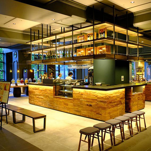 画像: お洒落な朝食会場、OMO CAFE&BAR。広すぎるくらい広いのでは?と思ったのですが、この数分後あっという間にお客様で埋まり、席が足りないほどでした。