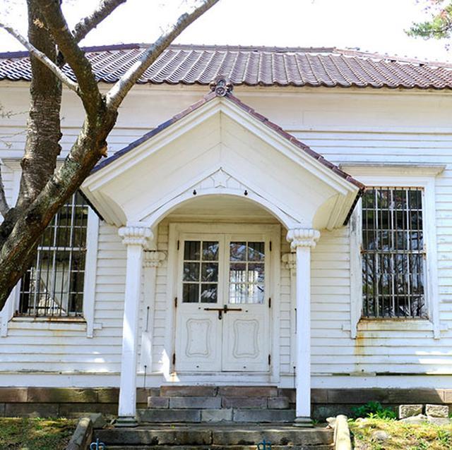 画像: 「旧函館博物館一号」。開拓使が建てたことが一目でわかる星マーク。明治12年建築の日本最古級の博物館です。