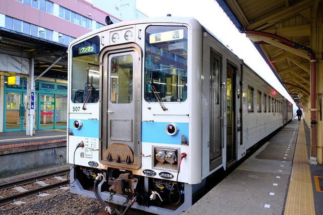 画像: 普通列車、2両。無人駅も多いワンマン列車なので運転手さんは忙しいです。