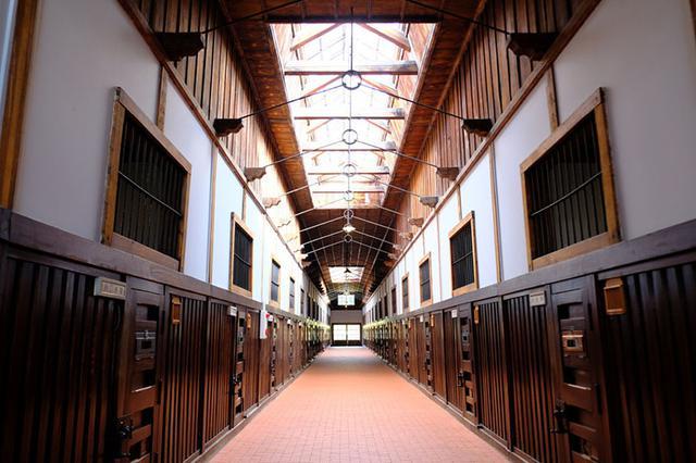 画像: 明治45年建築、国の重文。一舎には32部屋が設けられ、独房と雑居房合わせて226房ありました。ベルギーの監獄を参考に作られています。