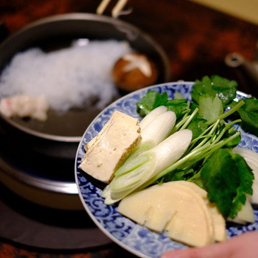画像: そこに野菜を敷いていきます。たけのこが入るのがちょっと珍しい。他に玉ねぎ、シイタケ、三つ葉、焼き豆腐。「函館・土屋」のしらたきはぷつぷつとした食感と細さ、臭みのない透明なおいしさで思わず聞かずにはおれませんでした。