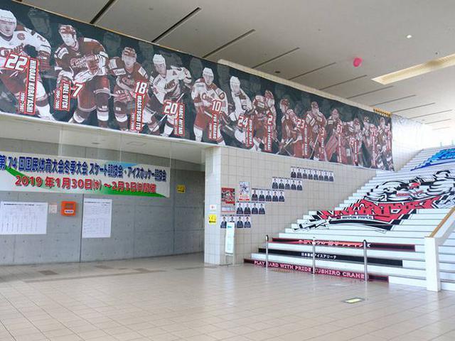 画像: 地元との関わり合いが強く、オフには地域貢献活動や学校訪問などを行っています。地域密着型でファンを増やしてきた日本製紙クレインズ。試合を観るファンにとってはたまらない、選手写真が飾られたエントランス。