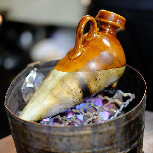 画像: はと燗。日本酒を直火で熱燗。