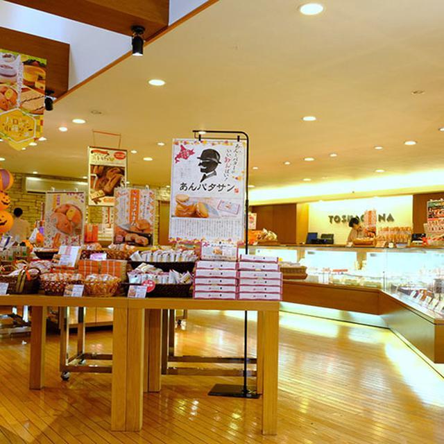 画像: 店内はお客さんでいっぱい。お土産も買える!お菓子であふれる夢の国。