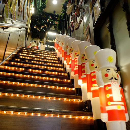 画像: なんともド派手な階段を上ると…、