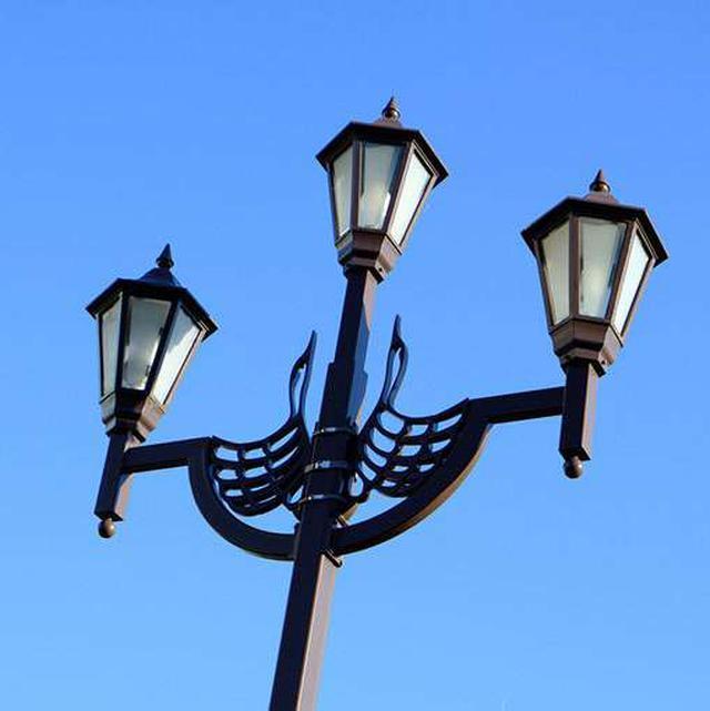 画像: 街灯も向き合う鶴。
