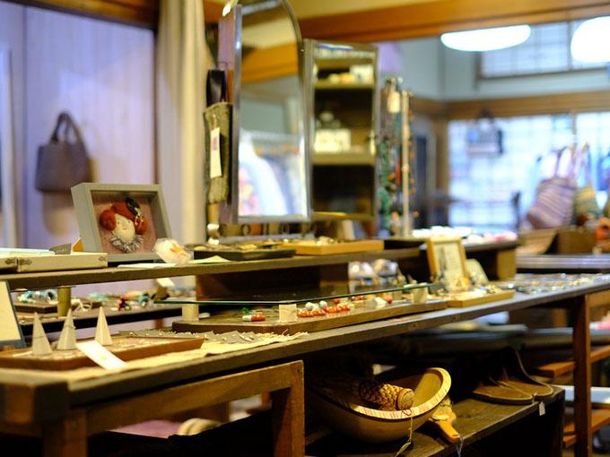 画像: 工芸品からアクセサリー、雑貨まで、北海道の作家ものを中心に各地からセレクトされた商品がセンス良く置かれていました。