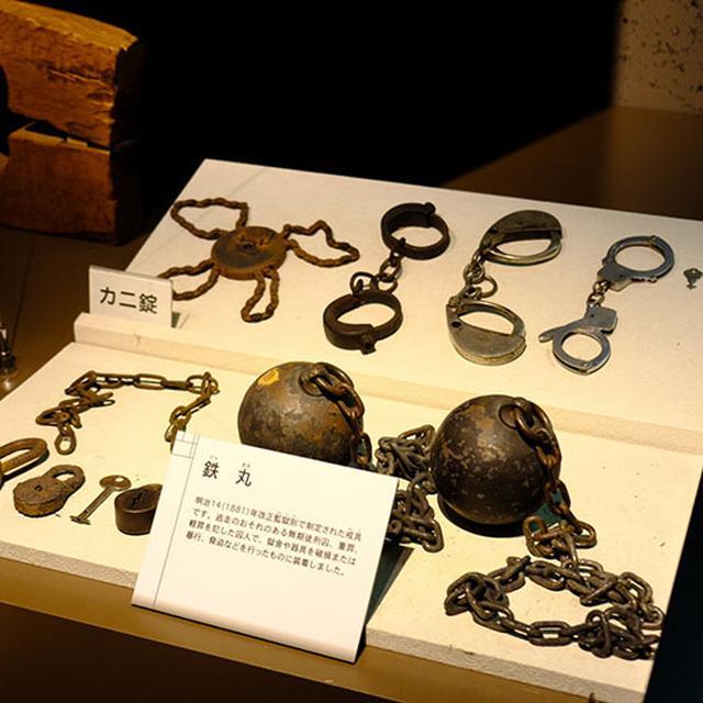 画像: 当時使われていたものが展示されています。監獄内にあった建物に使われた建材も監獄製でした。また、農機具や酪農に使われた道具なども見ることができます。