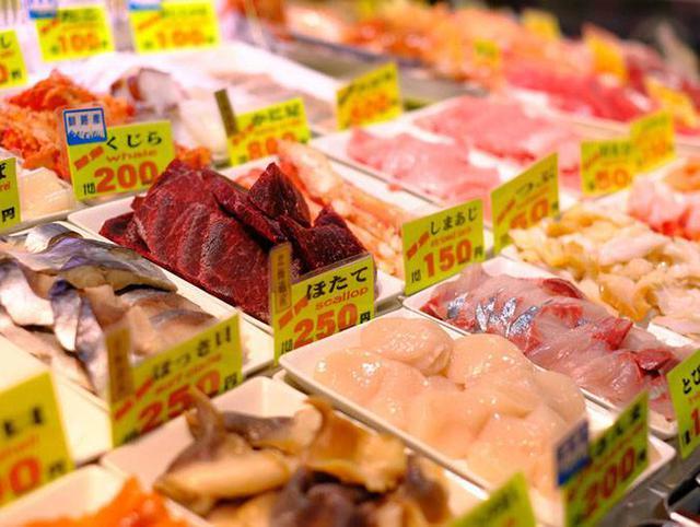 画像: 和商市場では勝手丼を。好きなものをひとつずつ選んで丼にしていきます。
