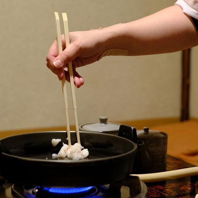 画像: 早速作っていただきます。じっくりじっくりと牛脂の旨みを鍋にしみ込ませ…