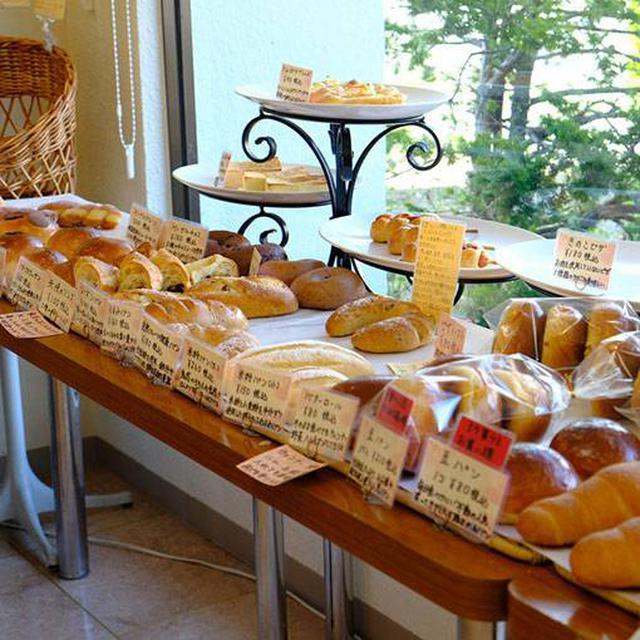 画像: たくさんのパンやケーキが並ぶ店内。