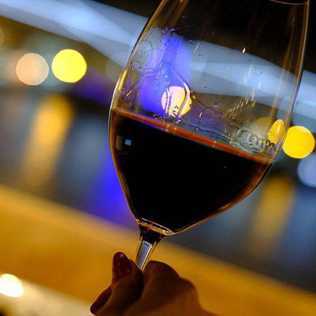 画像: 夕日の時間くらいから訪問してゆっくり食事とお酒を楽しむのも良さそうです。