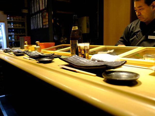 画像: 清潔感があって寄りやすい雰囲気。立ち食い寿司です。