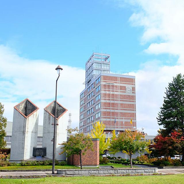 画像: 目を引く建物は旭川市役所。めちゃくちゃカッコいい。