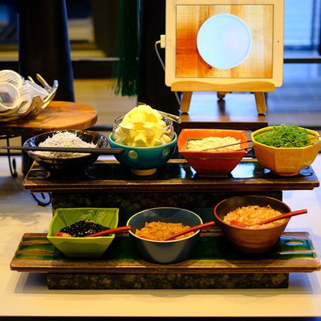 画像: 北海道特産「山わさび」を使ったどんぶりをアレンジできるコーナー。バターやおかか、梅干しやしらすなどを乗せて、好みのどんぶりを作れます。