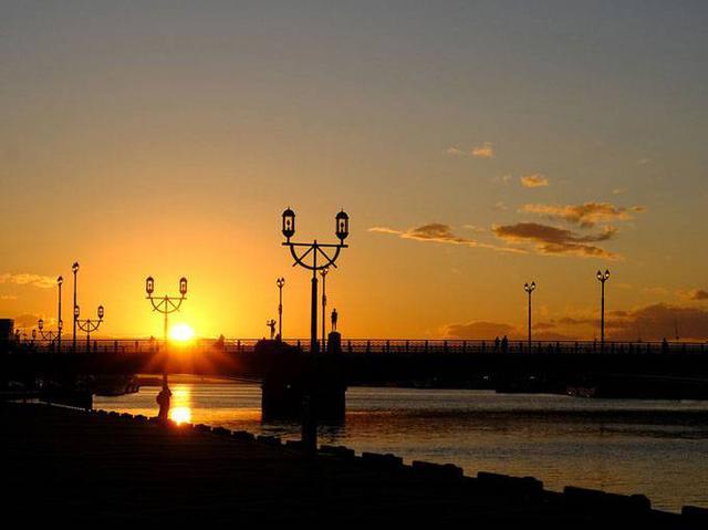 画像: 幣舞橋から夕日を鑑賞。釧路の日暮れは早いです。訪問した9月では17時にはもう沈んでしまいます。沈み始めたらあっという間ですね…。夕日は周りを焼きながら海の方向へ沈んでいきます。
