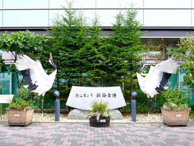 画像: タンチョウが一年中生息する釧路は、空港から街の中まで鶴のモニュメントでいっぱいです!
