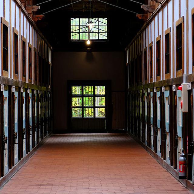 画像: 屋根にはトラス工法が使われ、柱を用いず長い廊下を実現。日本の刑務所としては最古、囚人が作業として造った木造建築としては世界で最も古い建物です。