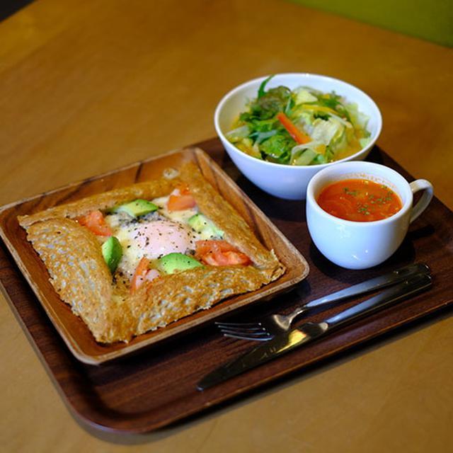 画像: そば粉のガレット「ツナとアボカド トマトのガレット」。北海道江丹別産そば粉を使った本格的な味。