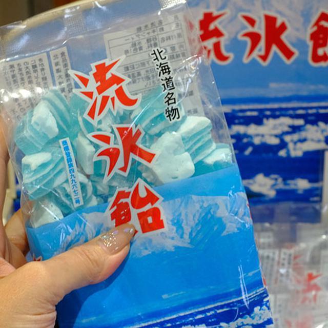 画像: きれいな青白い氷のイメージを飴にした、流氷飴。昭和30年からある網走を代表するお菓子。レトロパッケージが可愛くて、良いお土産になりますね。