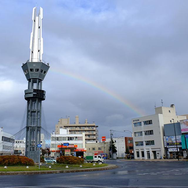 画像: 雨模様の時間帯もありましたが、雄大な景色と個性的なグルメ、初冬の北海道のおいしい空気に癒される旅でした。空港に向かうその前に、旭川のロータリー交差点からまたまた大きな虹が見えました。