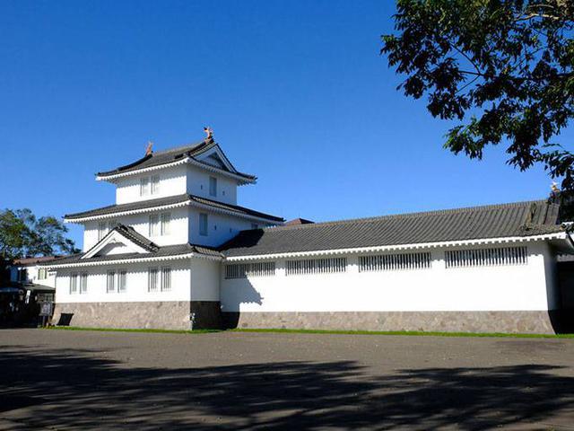 画像: 鳥取百年館は鳥取城をイメージした建物。移住をし、その後鳥取村で開拓を行った人々の暮らしや資料が無料展示されています。