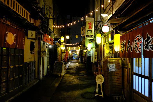 画像: こんな路地、なかなか見なくなったな~と感慨深い旭川の夜。この並びのもう1軒へ向かいます。