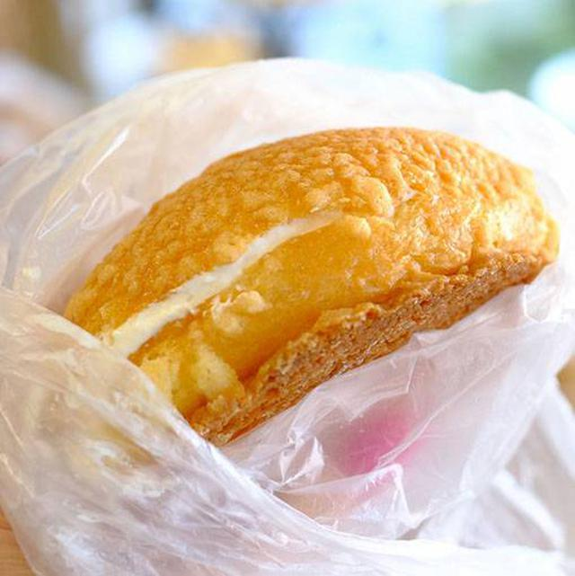 画像: このお店の人気商品が、ひやしメロンパンです。メロンパンにありがちのべたつきを押さえたサクッとしたクッキー生地を使い、中にはエアリーな生クリームをたっぷりサンド。すぐにも溶け出しそうな柔らかい生クリームなので、寒いアイスアリーナで食べるのにはぴったりです。