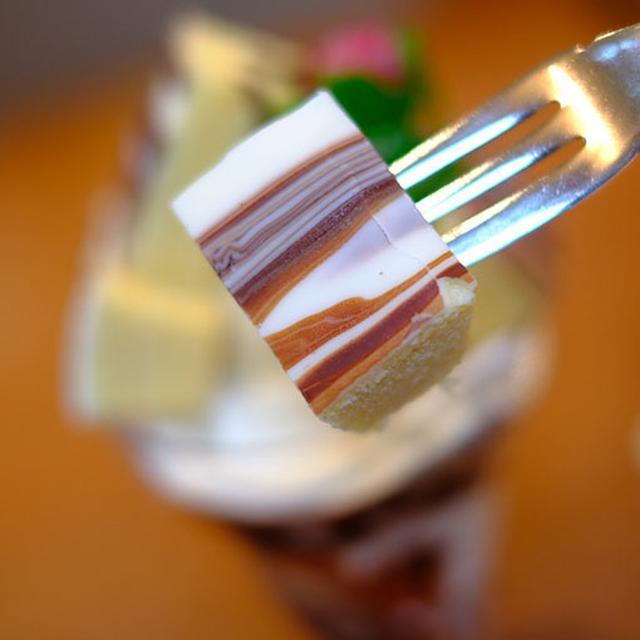 画像: ミニ三方六である「三方六の小割」を4本も使用したパフェ。グラスの中にもバームクーヘンがいっぱい。白樺の幹を模したチョコレートがけ。このチョコレートがアイスで冷えてぱりぱり食感です。