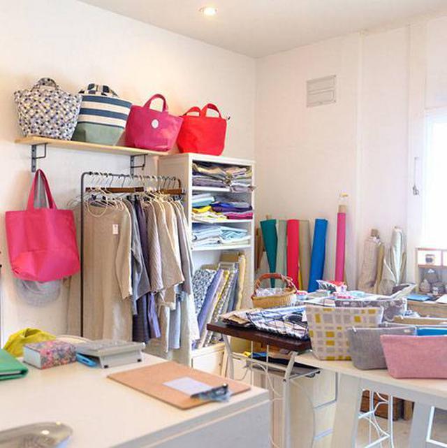 画像: 2階には3つのお店。パン教室の「スタジオ アカコウ」、布小物やハンドメイドのバッグなどを扱う「ランプラス」、手作りバブーシュ(スリッパ)やアクセアリーの「ラフシオン」。