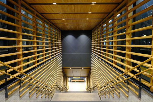 画像: わわっ。旭川駅が大変なことになっていました。めちゃめちゃきれいになってる~~。さすが家具の街、旭川。木工はお手のものですね。高架になって近代的な駅舎に生まれ変わっていました。