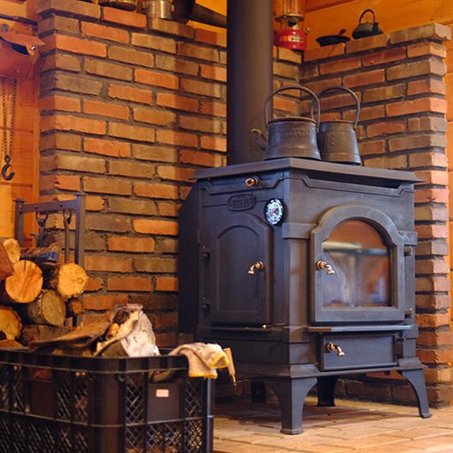 画像: 部屋の中には暖炉。この記事を書いているころにはすっかり火が入っているでしょう。ソファやベンチなど、心地よい空間。時にはコンサートなども開催されます。
